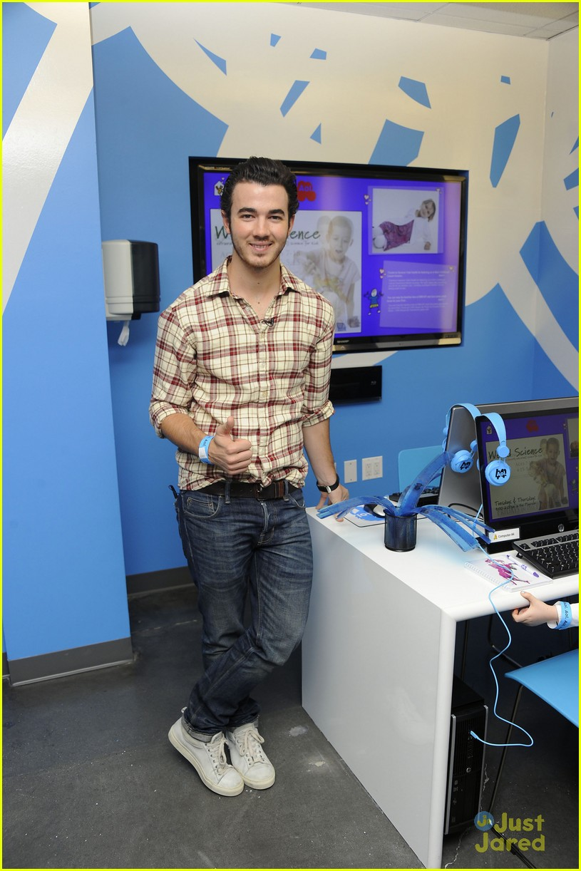 kevin jonas aol ronald house 04