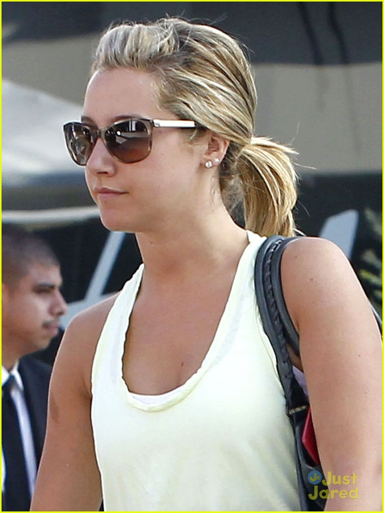 ashley tisdale text gym 02