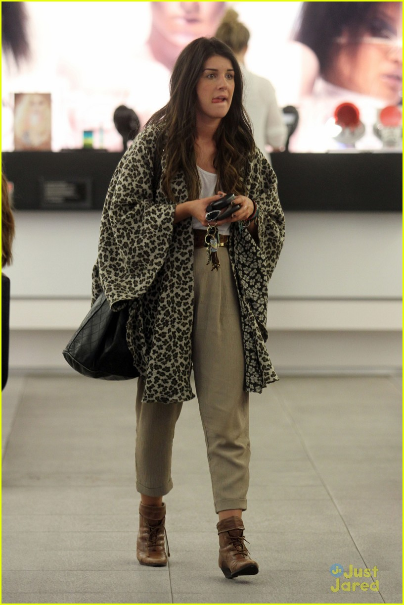 shenae grimes shopping 13
