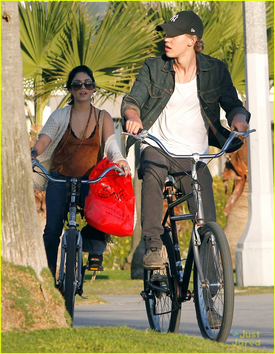 vanessa hudgens austin butler holding hands in venice beach 03