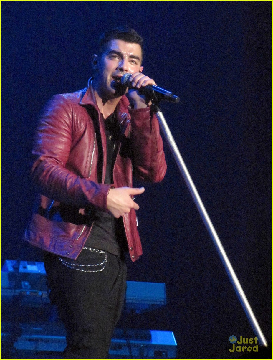 joe jonas britney wembley 05