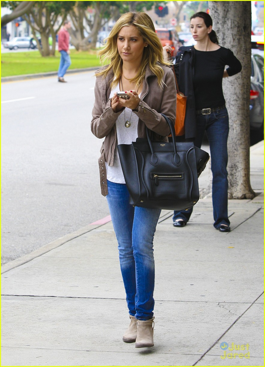 ashley tisdale bus mtg 06