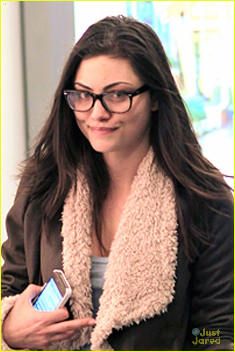 phoebe tonkin airport 10