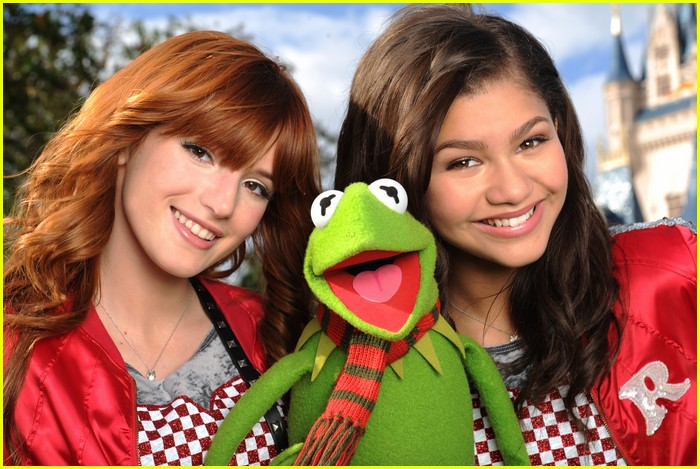 bella thorne zendaya disney parade 05