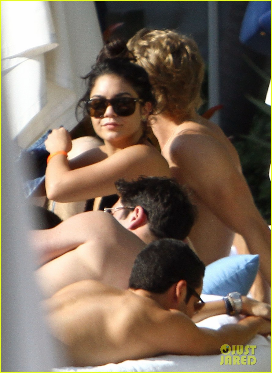 vanessa hudgens miami austin butler 15