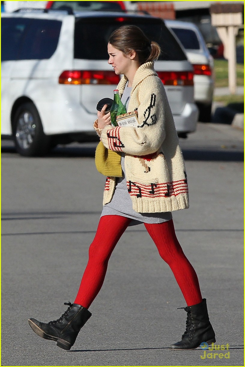 shailene woodley christmas shop 01