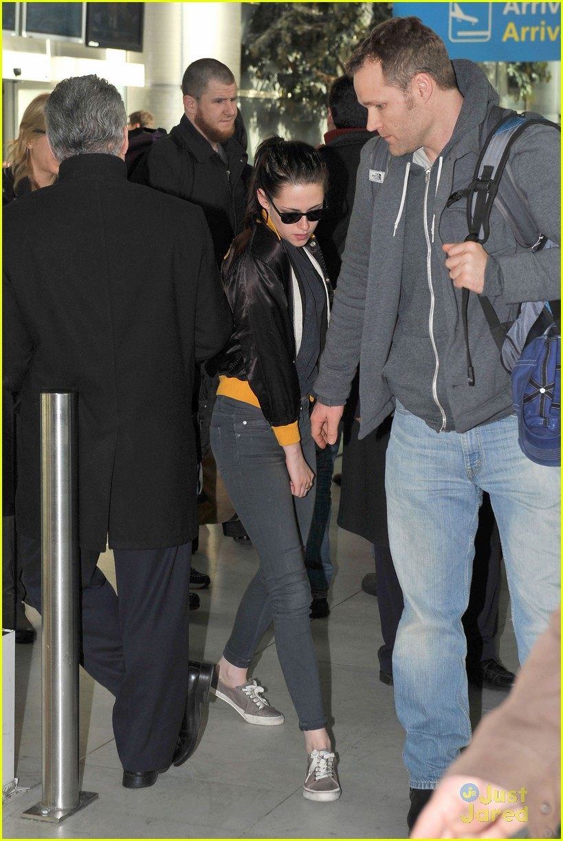 kristen stewart paris arrival 03