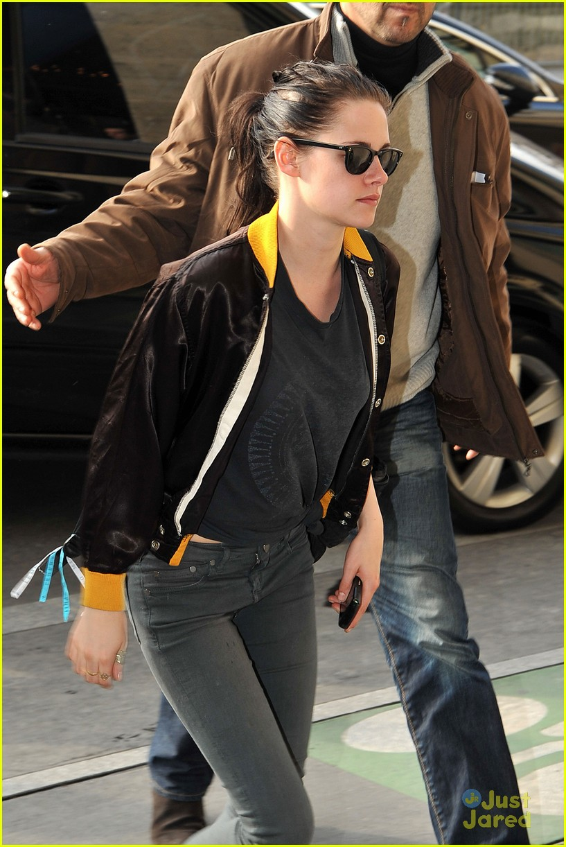 kristen stewart paris arrival 05