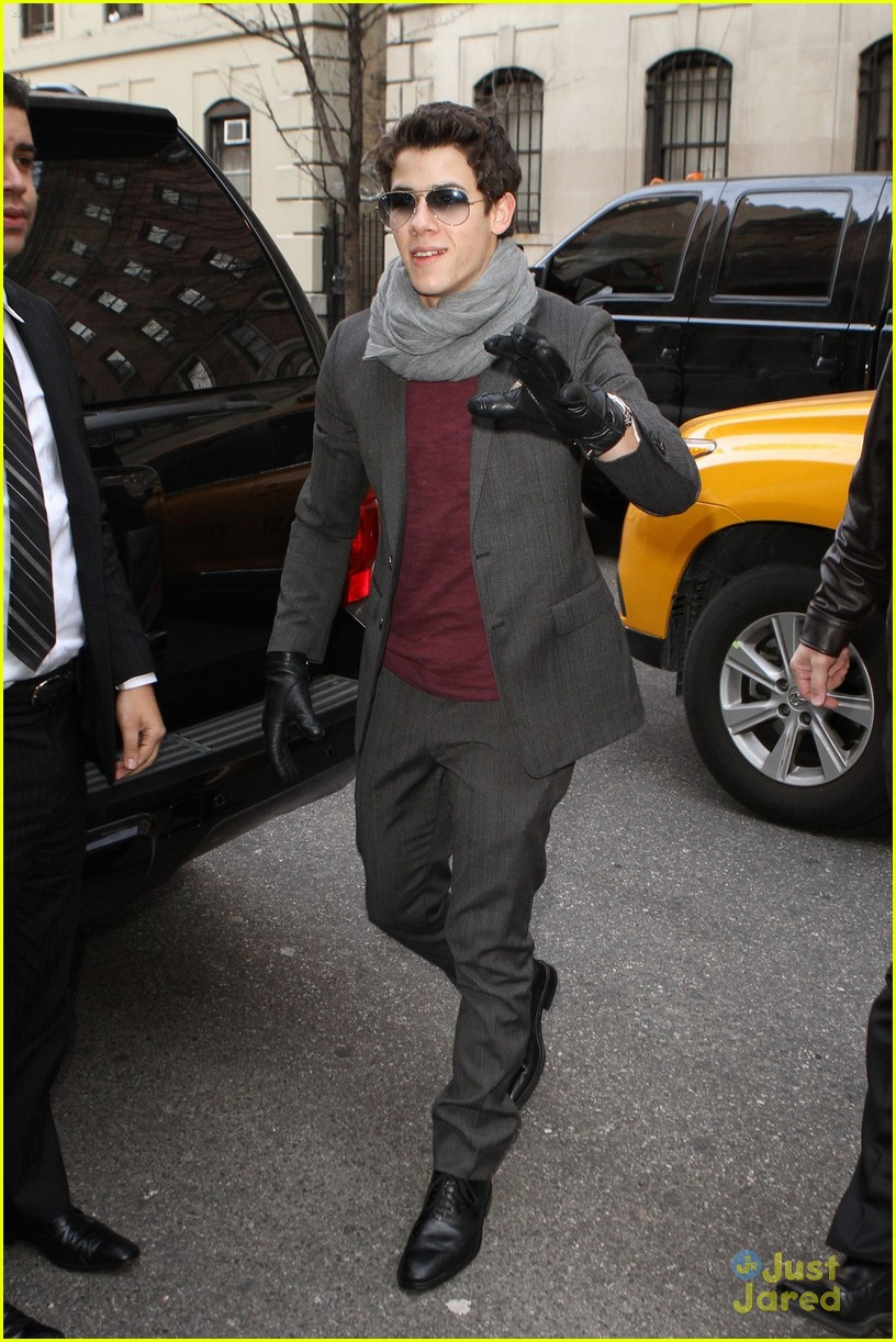nick jonas theater arrival 01
