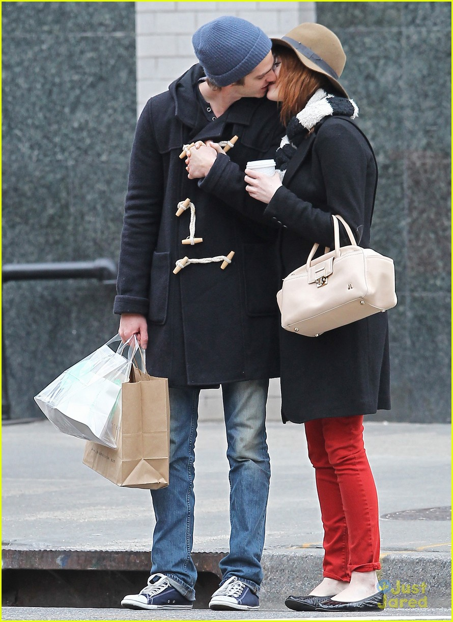 emma stone andrew garfield kiss nyc 01