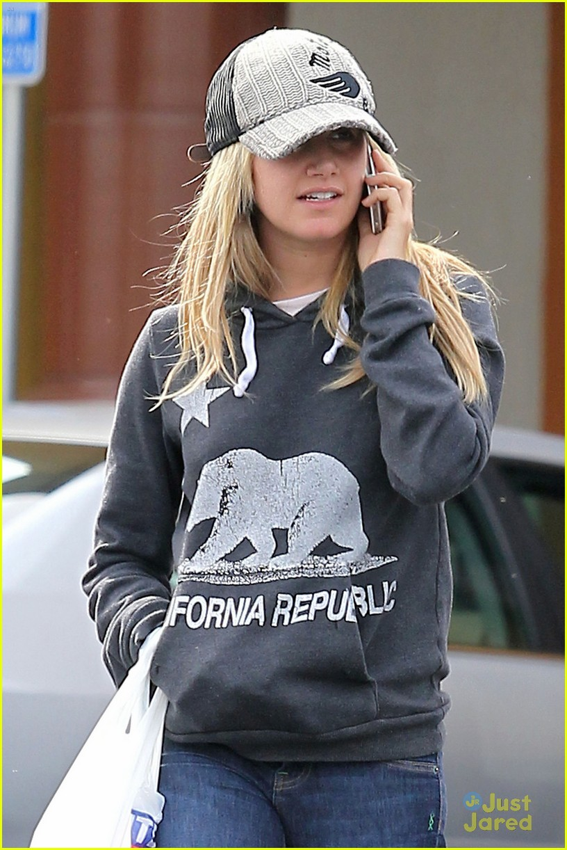 ashley tisdale rite aid run 04