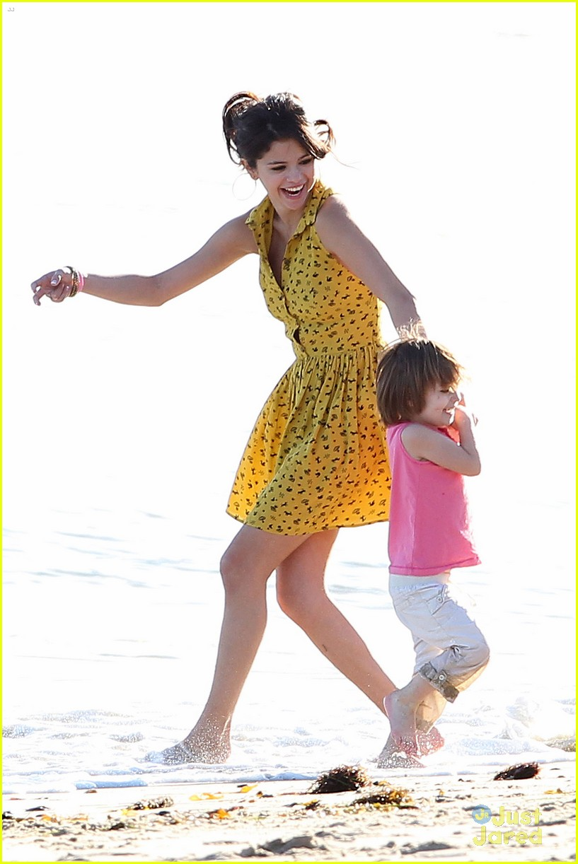 selena gomez justin bieber siblings beach 01