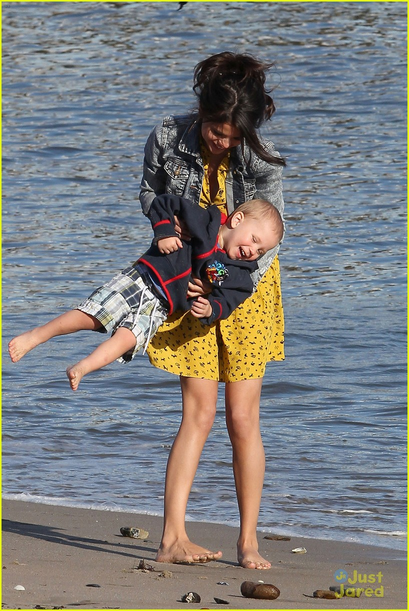 selena gomez justin bieber siblings beach 18