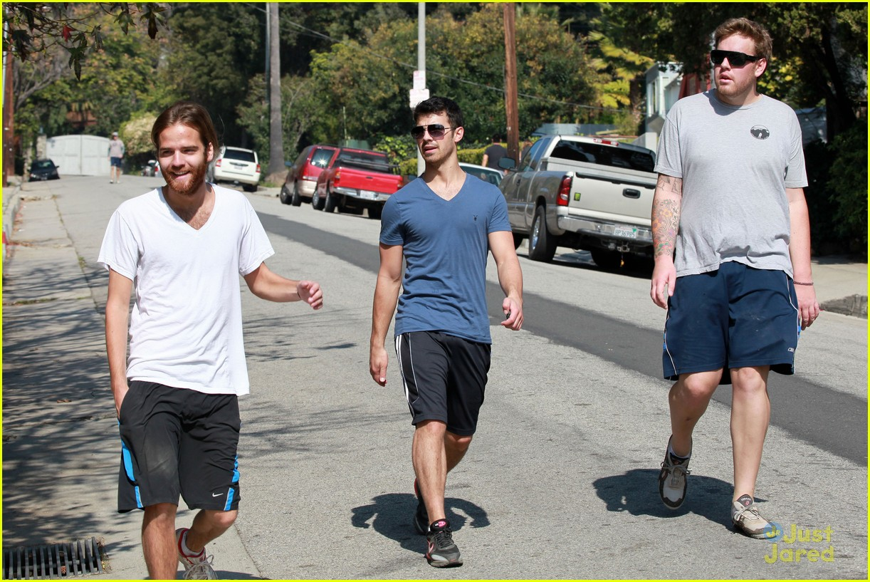 joe jonas hike hollywood 05