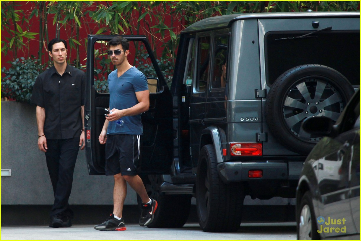 joe jonas hike hollywood 07