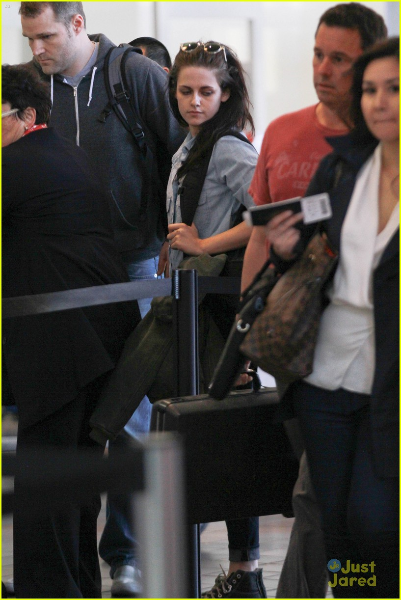 kristen stewart leaves lax 03