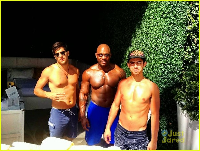 joe jonas shirtless with bodyguard