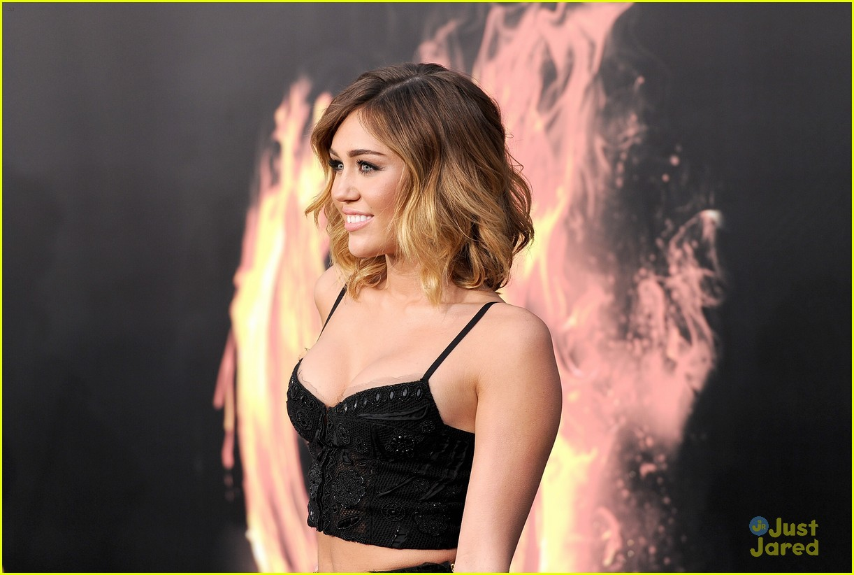 liam hemsworth miley cyrus thg premiere 16
