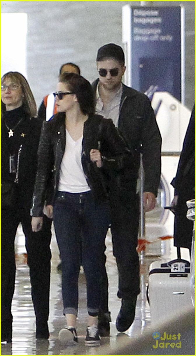 robert pattinson kristen stewart paris departure 01