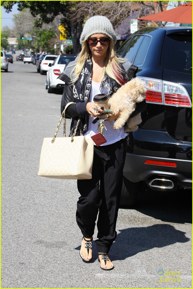 ashley tisdale aroma cafe 01