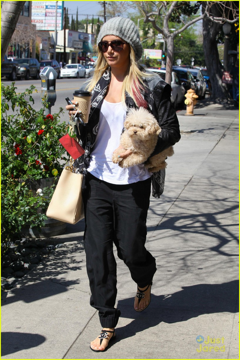 ashley tisdale aroma cafe 02