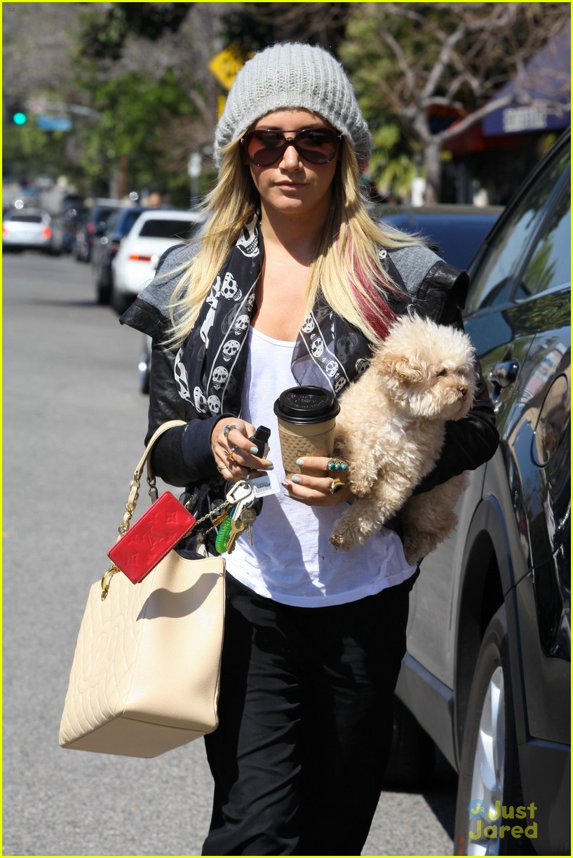 ashley tisdale aroma cafe 03
