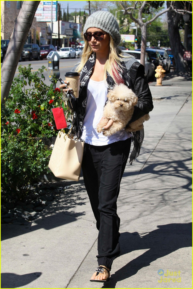 ashley tisdale aroma cafe 04