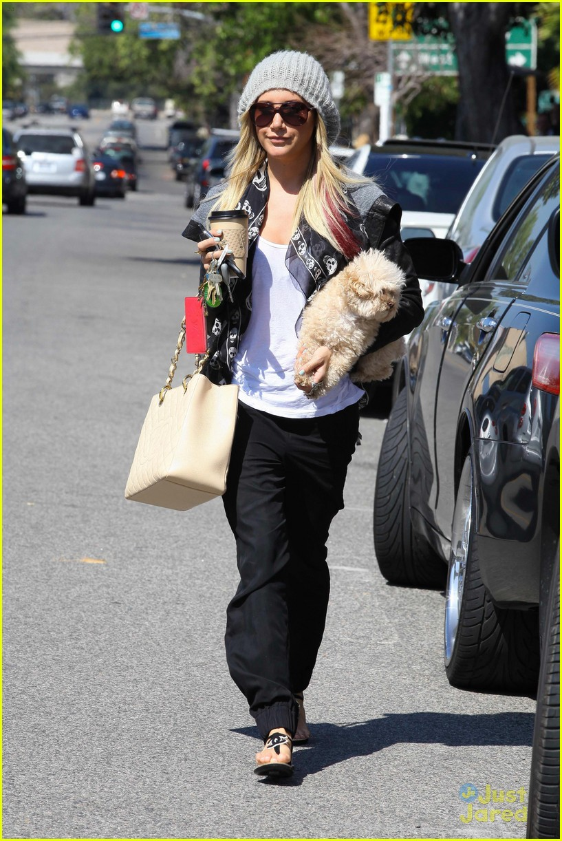 ashley tisdale aroma cafe 05