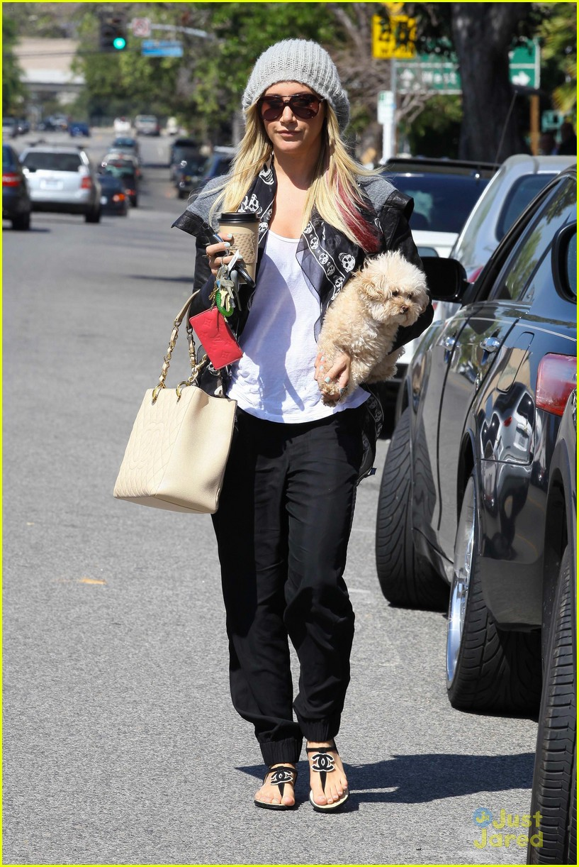 ashley tisdale aroma cafe 06