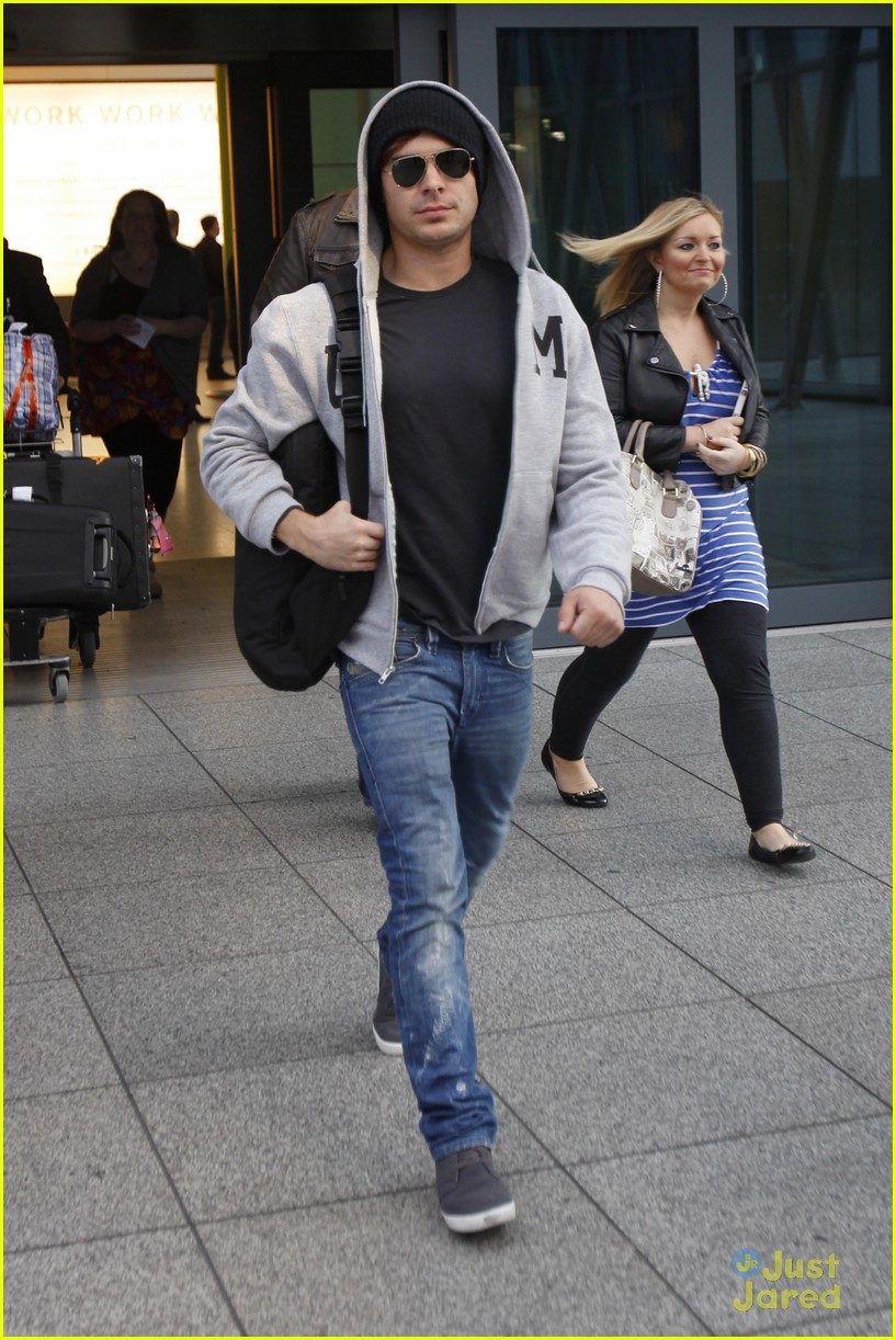 zac efron london landing 05