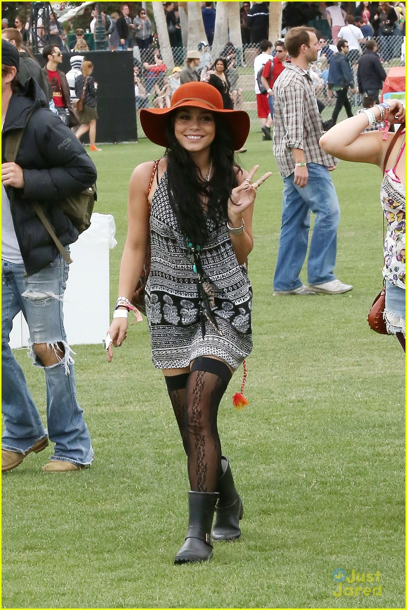 vanessa hudgens austin butler kissing coachella couple 07