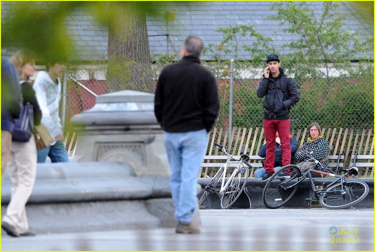 joe jonas bicycle big apple 08