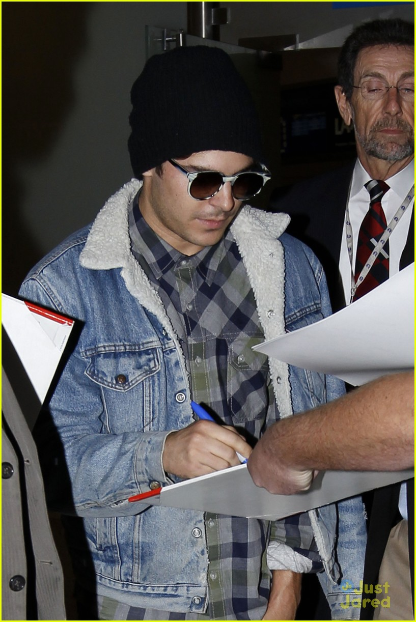 zac efron hand injury 03
