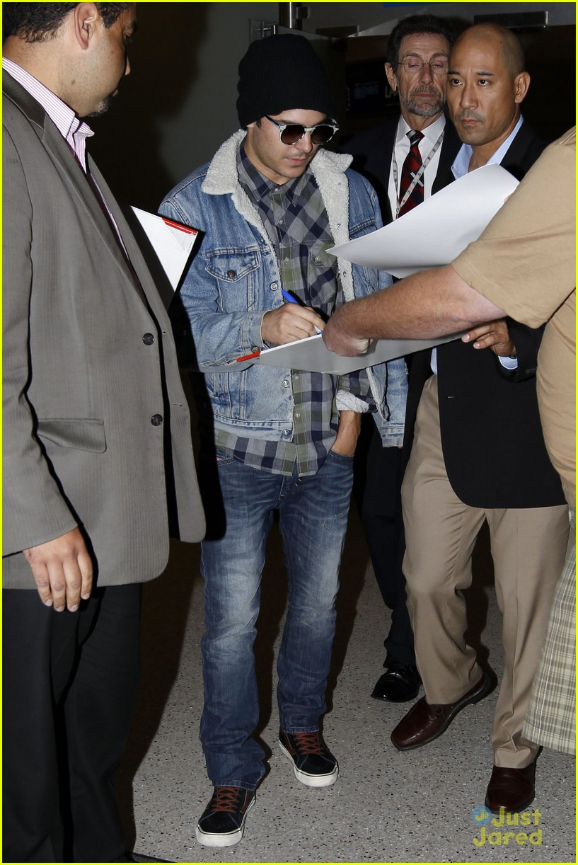 zac efron hand injury 09
