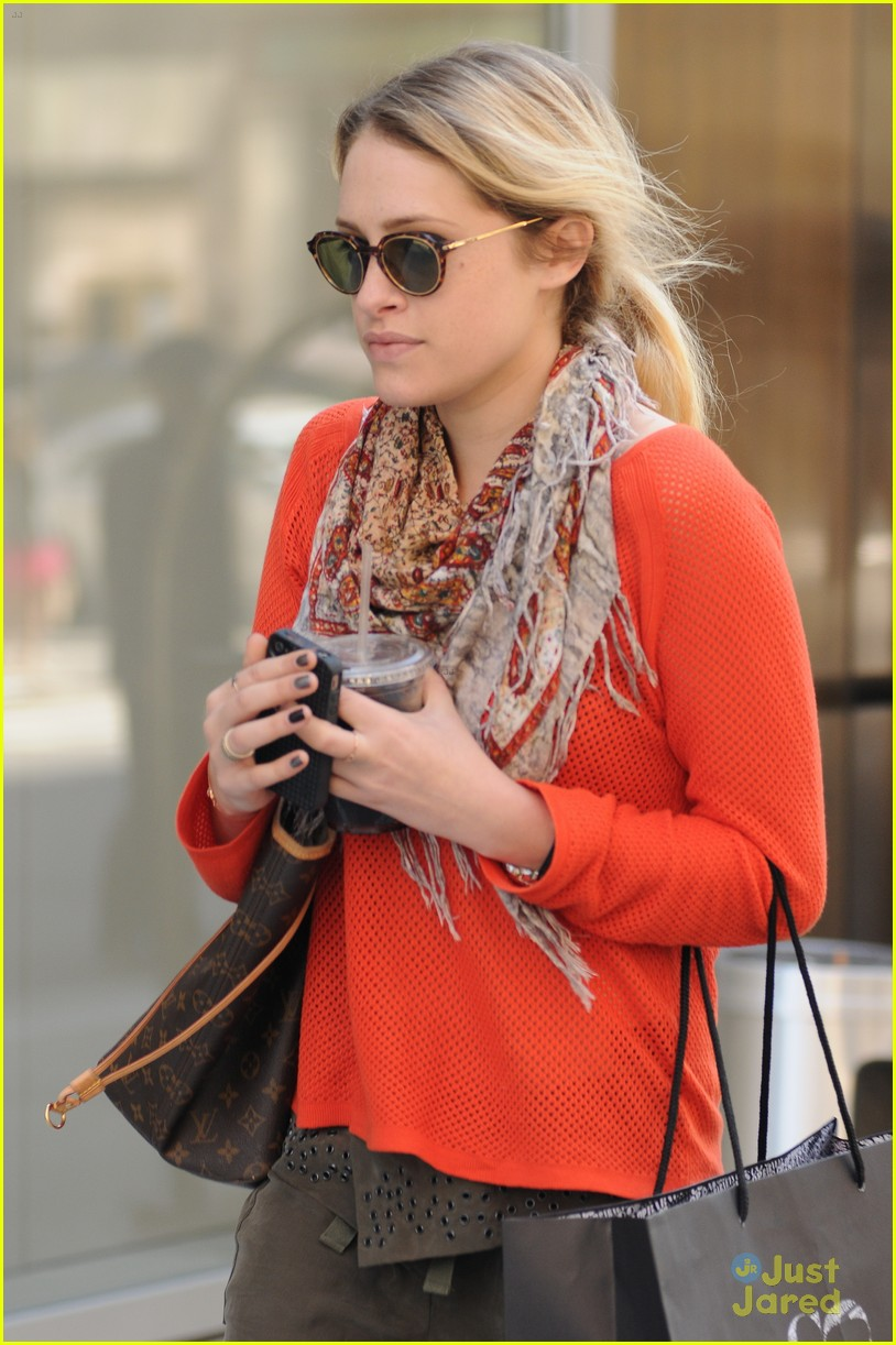 carly chaikin manhattan walk 04