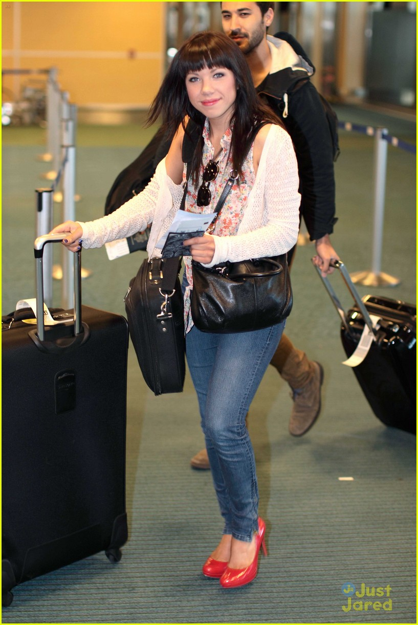 carly rae jepsen gatwick airport 01