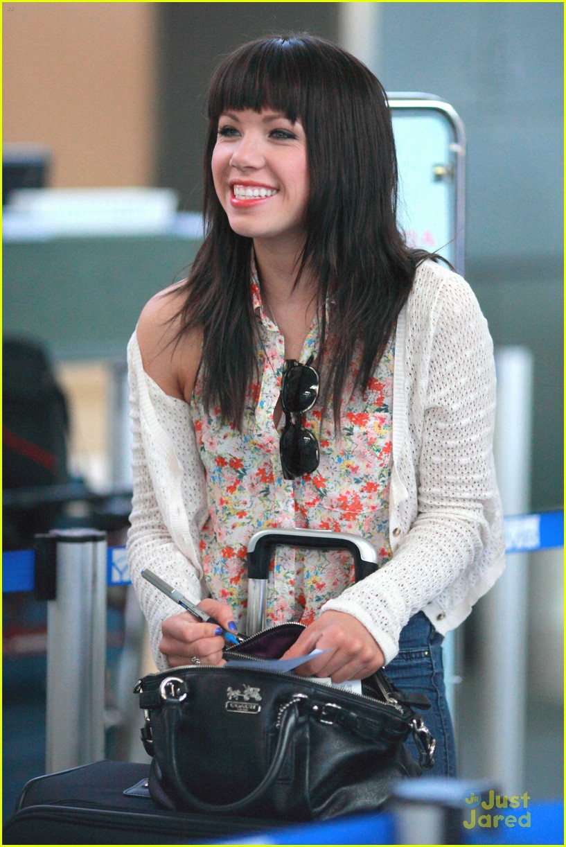 carly rae jepsen gatwick airport 04