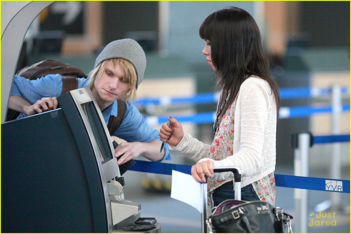carly rae jepsen gatwick airport 05