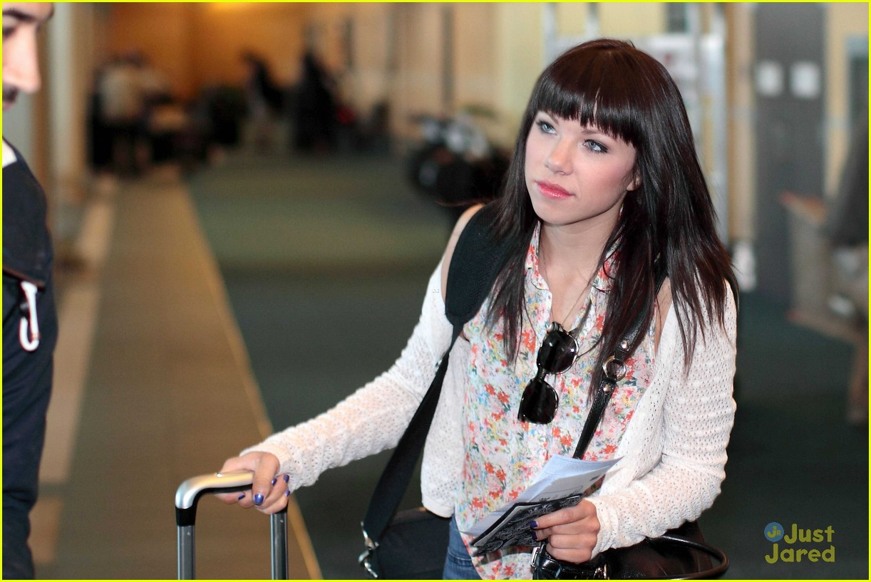 carly rae jepsen gatwick airport 09