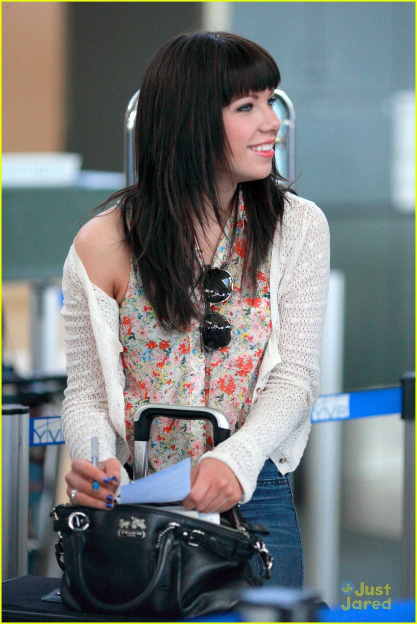 carly rae jepsen gatwick airport 10
