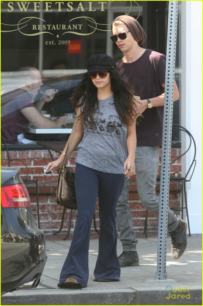 Vanessa Hudgens with her boyfriend 051312  LIME LT 09