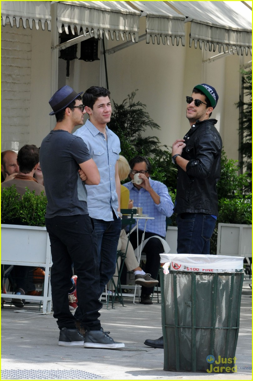 nick joe jonas peels lunch 05