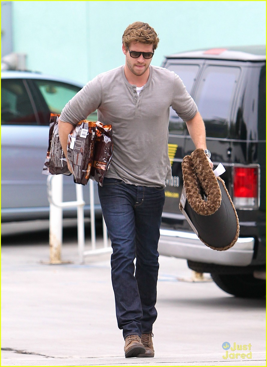 liam hemsworth puppy presents 06