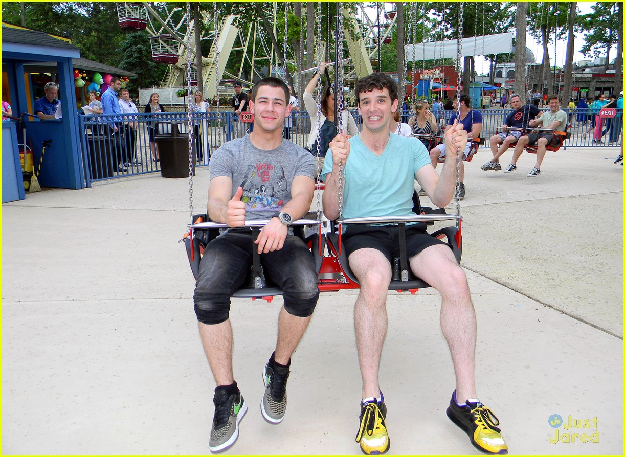 nick jonas six flags 02