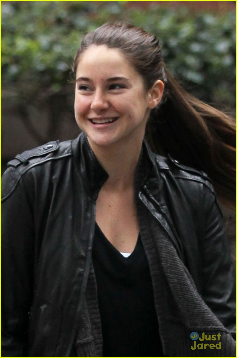 shailene woodley judy greer walk 04