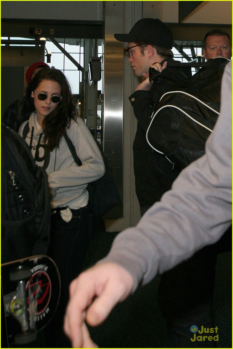 robert pattinson kristen stewart airport 01