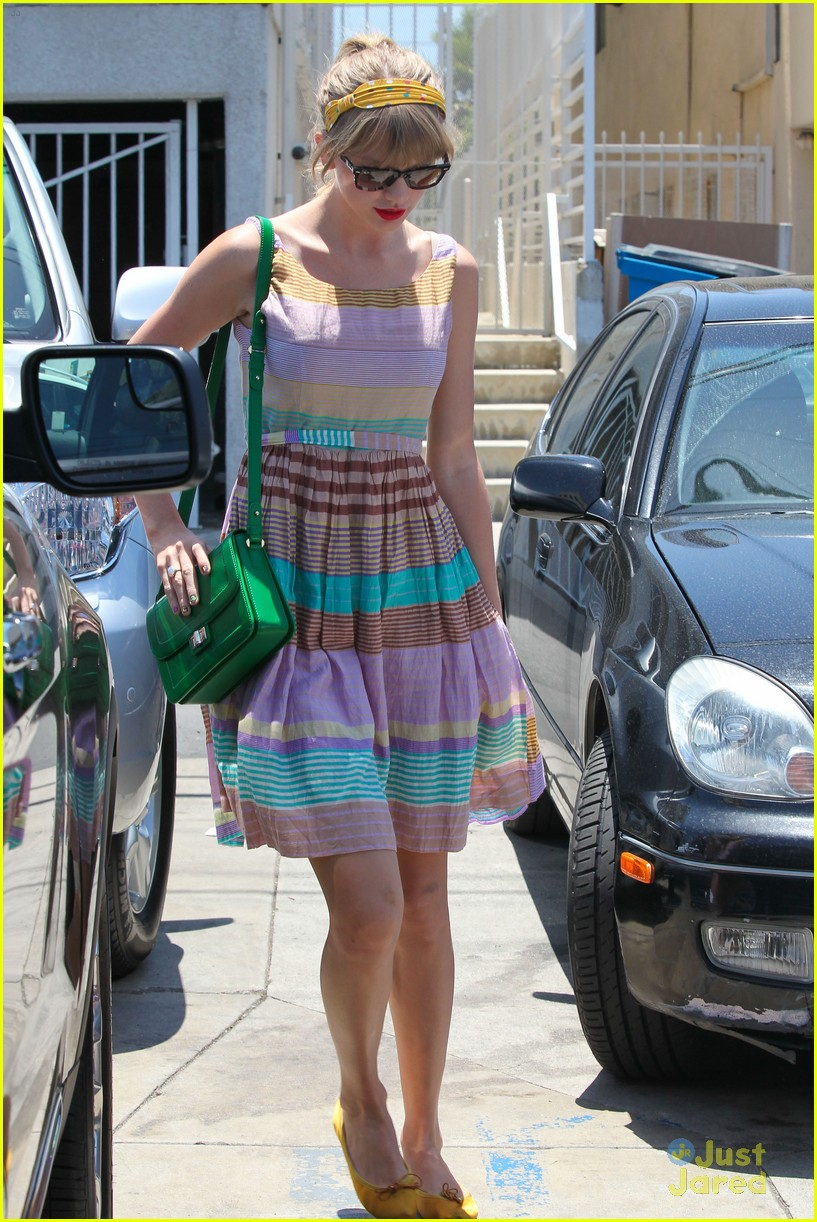 taylor swift stripes saturday 03