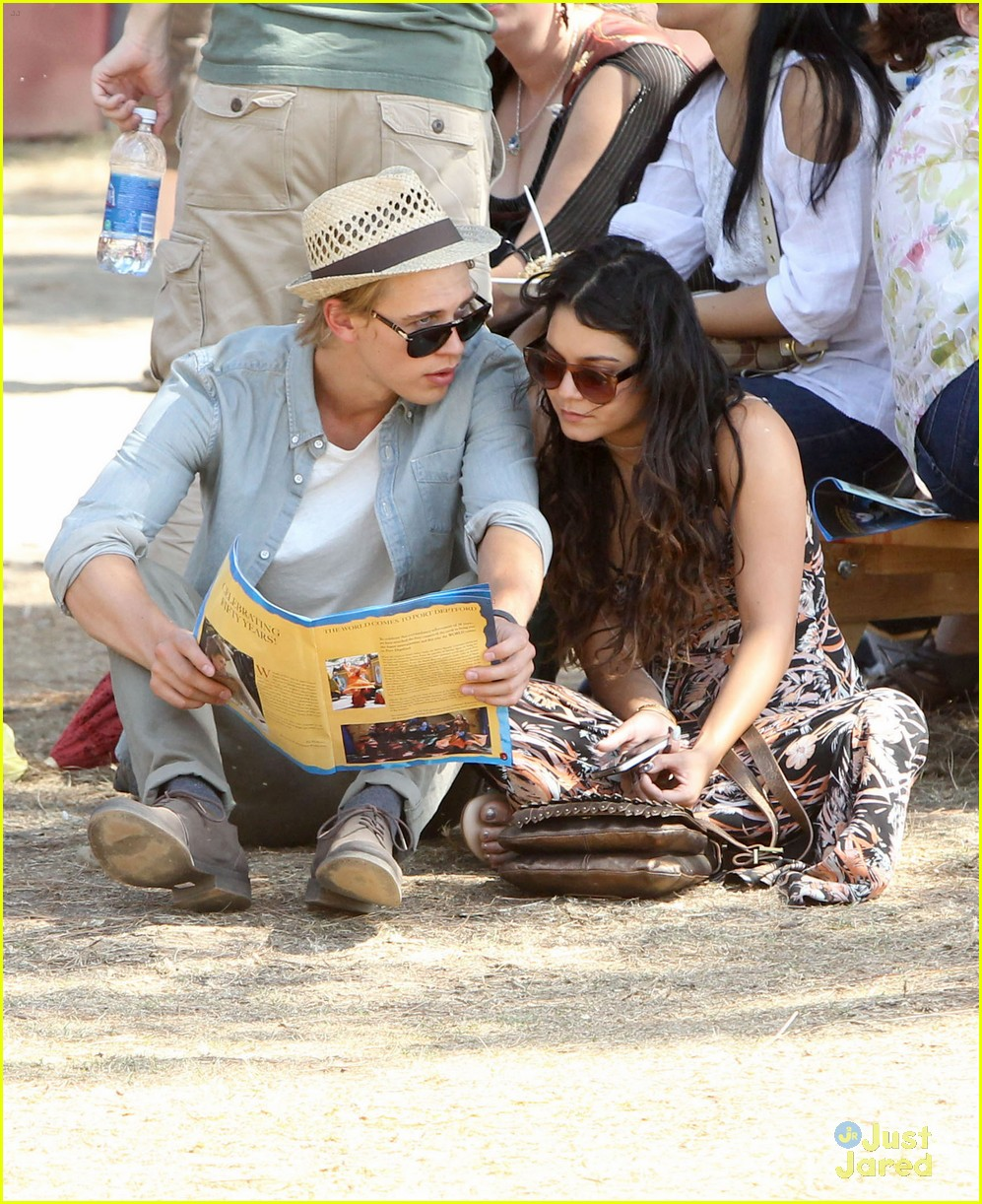 vanessa hudgens austin butler renassaince fair 02