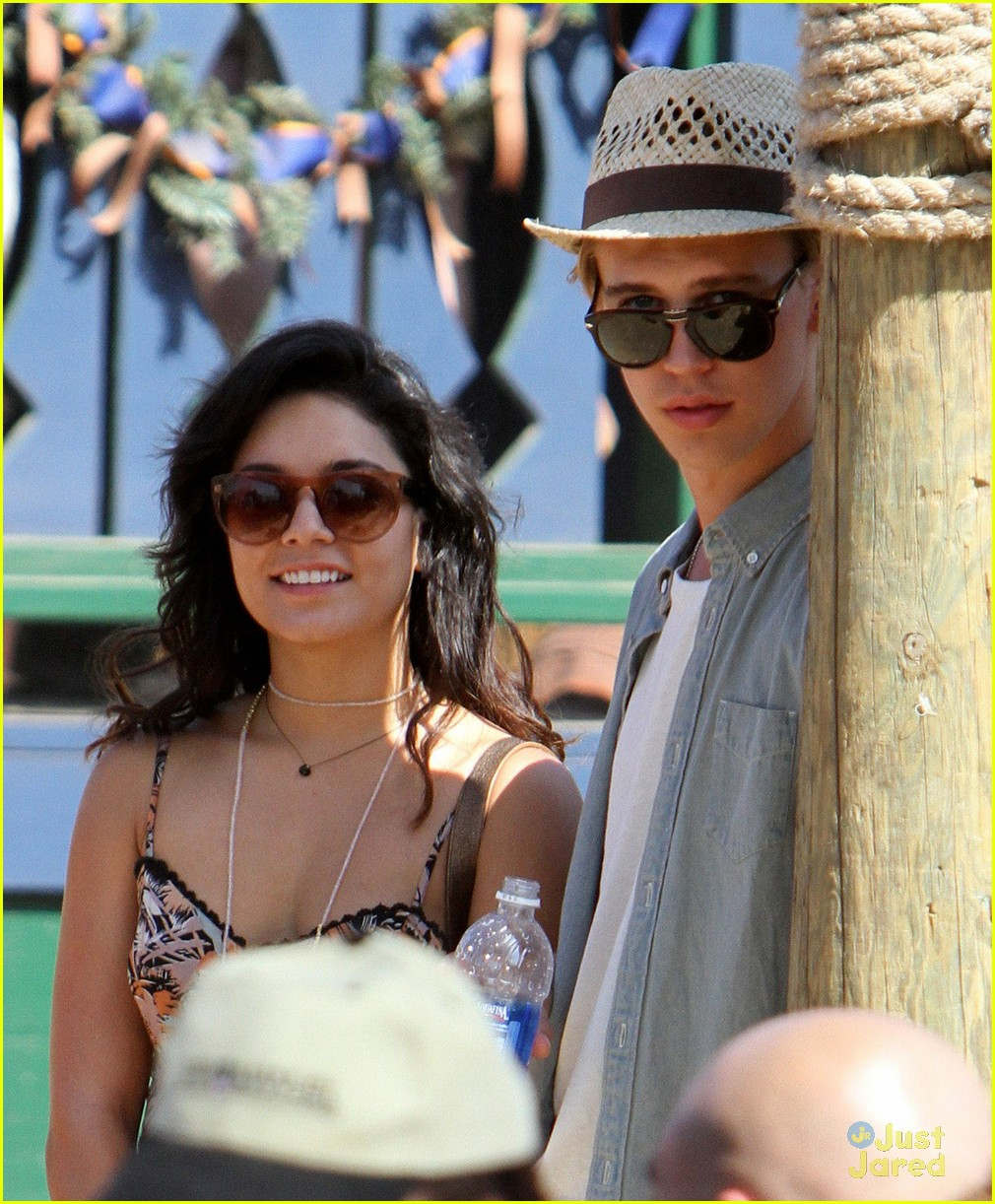 vanessa hudgens austin butler renassaince fair 16