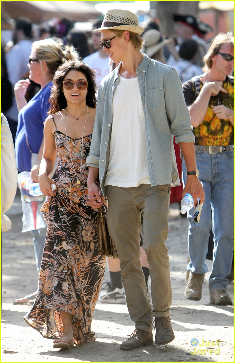 vanessa hudgens austin butler renassaince fair 17